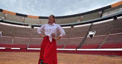 María Toledo, esposa de Esaú, graba en Plaza México con diseños de Rocío Peralta